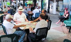 """""""Los inmigrantes cubanos están aprovechándose del estado de bienestar de Estados Unidos y regresan a la Isla, burlándose de la antigua premisa de que los refugiados lo eran porque escapan de persecución en su país"""", dice el periódico Sun Sentinel en La Florida."""