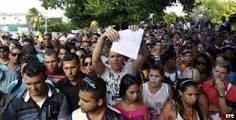 En la práctica ha quedado demostrado que los cubanos no son checos ni polacos, son cubanos, y sobre todo que una parte de la nueva generación esta desideologizada y penetrados por el consumismo, el amor a los dólares, pero sobre todo no interesada en participar en la política. Todo ello los hace candidatos idóneos para abandonar el país cuando no logran sus objetivos. Foto: Cientos de cubanos protestan frente a embajada de Ecuador en La Habana reclamando sus Visas para salir del país.