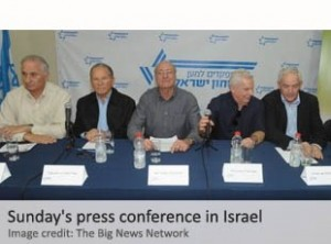 """En marzo del 2015 cerca de 200 ex funcionarios de alto nivel de los servicios de inteligencia y seguridad de Israel llamaron a una conferencia de prensa pública el primero de marzo de 2015 donde denunciaron la política exterior del primer ministro israelí, Benjamin Netanyahu. Entre los numerosos oradores en la conferencia de prensa estaba el veterano y condecorado de la guerra de Israel de 1973 General Amnón Reshef , Él apeló a Netanyahu a no asistir a su viaje a los EE.UU. y dejar de criticar a la administración de Obama """"antes de que sea demasiado tarde""""."""