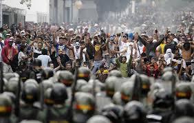 Maduro le correspondió sucederle, en el 2013, a Chávez, y a la muerte de este, unos meses después, ganar una elección presidencial 50.61 % contra 49,12 evidenciando ya la señal de grieta y fatiga política dentro de las filas chavistas, lo que fue bien interpretado por sus opositores como indicativo de que si antes de las elecciones parlamentarias del 2015 lograban desestabilizar el modelo chavista a través de focos de protestas sociales c/p Guarimbas, de reto público en las calles de Caracas, la presentación de un icono político opositor que atrajera multitudes, Leopoldo López, movilizaciones de decenas de miles de contrarios venezolanos por las calles de la propia capital, etc. podrían tener una mejor posibilidad de tomar por las urnas el poder legislativo.