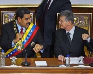 El presidente de Venezuela, Nicolás Maduro (L) y el altavoz Henry Ramos Allup Asamblea Nacional durante el informe anual del presidente en la Asamblea Nacional de Jan. 15. (Juan Barreto / AFP / Getty Images)