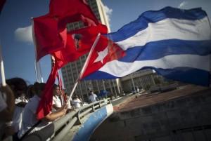 Estudiantes ondean banderas cubanas durante una ceremonia en La Habana. (Reuters)