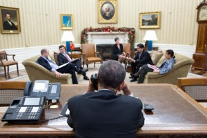 Barack Obama habla con el presidente cubano Raúl Castro desde la Oficina Oval el 16 de diciembre de 2014. Foto de la Casa Blanca por Pete Souza.