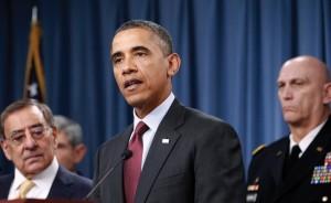Leon Panetta (izquierda) asiste a una conferencia de prensa sobre la estrategia militar en enero de 2012. Panetta, entonces secretario de Defensa de Obama, ha criticado el hecho de que el presidente de hacer cumplir la línea roja sirio. (Aharaz N. Ghanbari / AP)