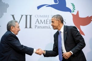 Obama y el presidente cubano Raúl Castro en la Cumbre de las Américas en la primavera pasada (Pete Souza / Casa Blanca)