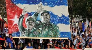 Durante una celebración del Primero de Mayo de 2009, los cubanos llevan una pancarta con que representa Fidel Castro y su hermano, el presidente Raúl Castro. | AFP / Getty