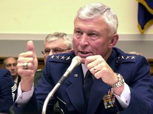 """Ralph Eberhart general, que era comandante de NORAD en 9/11, reiteró la línea de tiempo en un testimonio ante el Senado de Estados Unidos en octubre de 2001 y durante dos años se presentó como la versión oficial. Eberhart añadió que el NORAD fue notificada sobre el vuelo secuestrado 77 que entra en Washington a las 9:24 de la mañana, catorce minutos antes de que impactó el Pentágono.Repetidas ocasiones le dijo al Comité de Servicios Armados del Senado que se trataba de una """"notificación documentada."""" [1]"""