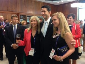 Presidente de la Cámara Paul Ryan (R-Wisc.) Posa con dos empleados de Pfizer, uno de los muchos patrocinadores de la industria farmacéutica de una recaudación de fondos RSLC evento en Cleveland. (Foto: Ashley Balcerzak, OpenSecrets.org)
