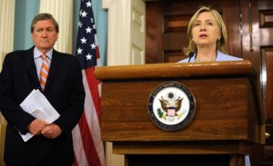 """La fijación de Clinton con los mapas fue característica de su mentalidad en el primer gran debate entre la guerra y la paz con la presidencia de Obama. Ella quería que la tomaran en serio, incluso si su departamento era menos importante que el Pentágono. Una forma de lograrlo era promover el envío de más civiles, el proyecto consentido de su amigo y enviado especial a la región, Richard Holbrooke. """"Ella estaba decidida a que sus libros informativos fueran tan gruesos y meticulosos como los del Pentágono"""", recuerda un asesor experimentado. Tampoco dudó en inmiscuirse en los asuntos del Pentágono, haciendo preguntas detalladas sobre la capacitación de las tropas afganas y expresando su opinión sobre los planes militares."""
