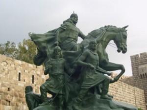 Los kurdos forman parte integrante de la nación y la sociedad sirias. Esta foto muestra la estatua del general Saladino El Magnífico, a la entrada de la milenaria Ciudadela de Damasco. Héroe histórico de la defensa contra los cruzados, el general kurdo Saladino liberó Damasco en 1174 y fundó la dinastía árabe de los Ayubidas.