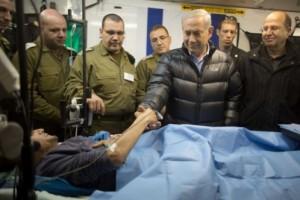 El primer ministro israelí Benyamin Netanyahu incluso se retrató con algunos de los 500 yihadistas heridos que recibieron atención médica en el Ziv Medical Center de Israel.