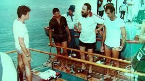 Entre los más famosos se encuentran un equipo para natación submarina infectado con tuberculosis, un bolígrafo envenenado, un puro explosivo, tabletas venenosas y hasta… moluscos explosivos.