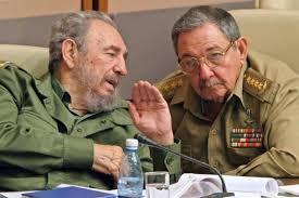 Durante los últimos diez años, las reformas de Raúl Castro contaron con el respaldo del comandante Fidel. En 2010, el líder máximo de la Revolución Cubana confesó públicamente que el modelo construido por él mismo ya no servía para Cuba. Ese espaldarazo fue clave en un momento en el que se especulaba con diferencias políticas entre los hermanos. Sirvió para que el nuevo presidente se consolidara en el poder, creando un proyecto propio, además de un equipo de personas para llevarlo adelante y hacerse cargo del país en 2018.