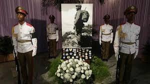 """Fidel Castro se murió en un día histórico de la revolución cubana, el 25 de noviembre. Ese día, pero de 1956 salió de Tuxpan, México el yate Granma con ochenta y dos expedicionarios a bordo con destino Cuba bajo la divisa de que ese año serian """"libres o mártires"""" en la lucha contra la dictadura militar derechista de Fulgencio Batista."""