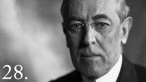 """Woodrow Wilson (1856-1924), 28.º Presidente de los Estados Unidos: """"algunos de los hombres más importantes en los Estados Unidos tienen miedo de algo. Saben que hay un poder en algún sitio, tan organizado, tan sutil, tan observador, tan entrelazado, tan completo, tan penetrante que es mejor no hablar por encima de su respiración cuando hablan en condenación de ello""""…"""