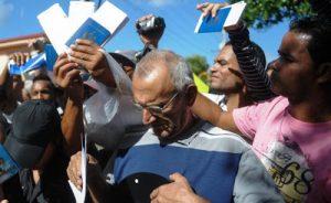 Un matrimonio de más de 65 años vive en la isla con unas pensiones miserables que no llegan a los $20. Se traslada a Miami y puede llegar a recibir hasta $1.457 mensuales en ayuda económica suplementaria y sellos de alimento. El logro solidario y la condición de expatriado quedan desvirtuados si esa pareja decide pasar una parte del tiempo aquí y otra allá. Residiendo en ambos países a cuenta de unos beneficios a los que no contribuyeron en nada para obtener. ¿Humanidad hacia los refugiados cubanos o injusticia con los contribuyentes estadounidenses? ¿Hay que comenzar a pensar en un reajuste?