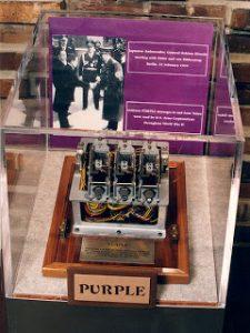 """La máquina de cifrado criptográfico - 97-shiki ōbun inji-ki (""""System 97 Printing Machine for European Characters"""") o Angōki Taipu-B (""""Type B Cipher Machine"""") que generaba el código Purple - que podéis ver en la imagen superior, y una de sus partes en la imagen inferior - consistía en dos teclados conectados por una maraña de circuitos y conexiones, basados en la misma tecnología que las centralitas telefónicas."""