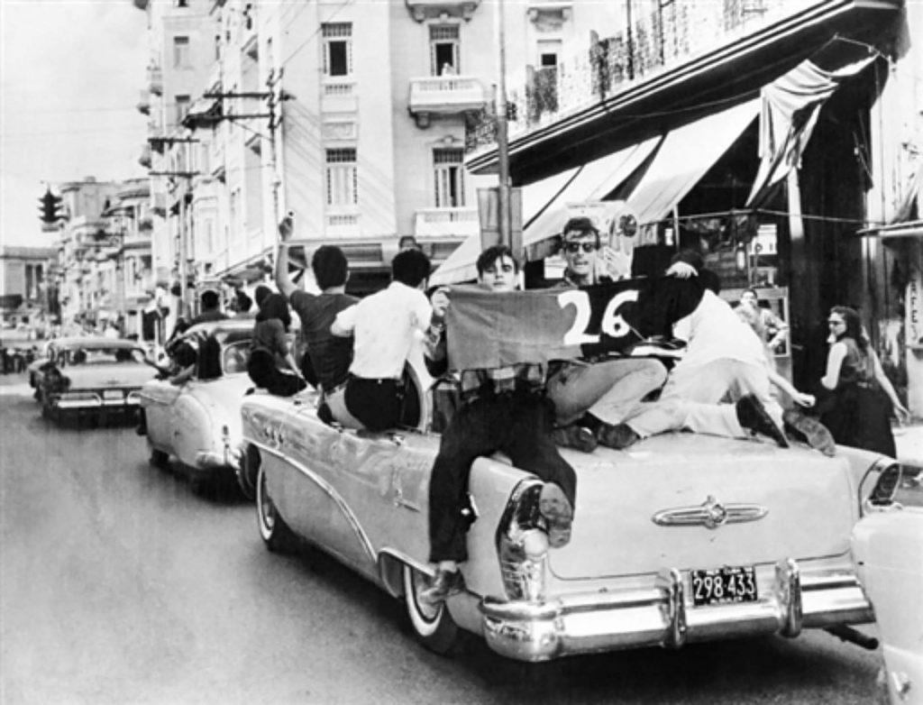 Es importante recordar que Cuba pasó por un proceso revolucionario en dos etapas: la primera de ellas una lucha insurreccional en la década del cincuenta, en la cual la sociedad civil completa se convirtió en escenario de subversión,