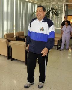 QPM.ORG: Hugo Chávez Frías camina sonriente  por el pasillo central del CIMEQ en La Habana. Detrás parte del personal de la salud que lo atiende.