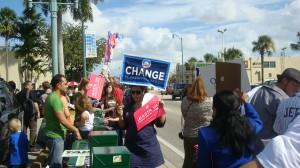 """Alina Alfonso, Sub Directora de QPM.ORG, Especializada en Campañas Políticas Mediáticas, durante la Campaña presidencial por el CAMBIO de forma voluntaria puso a disposición de Obama su Equipo de Bancos Telefónicos de Disuasión y Persuasión (BTDP) el que realizo más de cincuenta mil llamadas telefónicas a votantes registrados en el Condado Miami-Dade. Paralelamente dirigió cuatro """"esquinas"""" frente al Restaurante Versailles en su apoyo/Foto QPM.ORG. Grupo dirigido por Alina Alfonso, al fondo el restaurante Versailles"""
