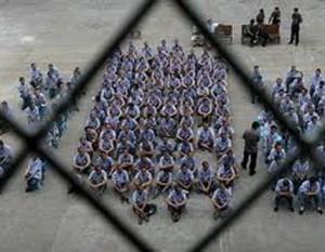 Hoy en día las industrias en las prisiones generan ganancias de 30 mil millones de dólares al año mientras los presos ganan entre 21 centavos y un dólar por hora por fabricar equipo electrónico, lentes, radios, equipo militar, ropa o sus propias jaulas. Foto: Carcel de Georgia. USA