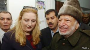 """""""Está científicamente probado que no tuvo una muerte natural y que tenemos una prueba científica de que este hombre fue asesinado..."""" Suha, viuda de Arafat"""