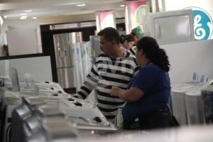 Una de las compradoras, Maryori Pérez, manifestó que si no es por las acciones económicas que está tomando el presidente de la República, Nicolás Maduro, no se pudiera comprar la lavadora y secadora que adquirió este lunes en Nasri a precio justo.