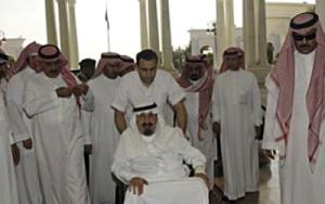 Arabia Saudita retomó el plan qatarí tendiente a derrocar el régimen laico en Siria pero Riad parece incapaz de adaptarse al brusco retroceso de Estados Unidos. No sólo rechaza el acuerdo ruso-estadounidense sino que incluso prosigue la guerra y está anunciando diversas represalias para «castigar» a Estados Unidos. En opinión de Thierry Meyssan, esa obstinación equivale a un suicidio colectivo de la familia Saud.