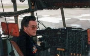 """El ex piloto de inteligencia que llevó armas a los Contras y participó en el envío de grandes toneladas de cocaína a EEUU en la década de 1980, capturó rápidamente la atención de la cadena estadounidense Fox News y la Revista Proceso de México, medios que se apoyaron en el testimonio de Plumlee para resucitar el bullado caso del ex agente de la DEA, Enrique """"Kiki"""" Camarena, quien habría sido torturado hasta la muerte por la CIA."""