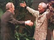 """El presidente Obama interrumpe la programación de las cadenas nacionales de televisión para anunciar el fallecimiento de quien él llama con toda familiaridad """"Madiba"""". Por su parte ninguno de los medios parece ruborizarse al insertar en sus secuencias de archivo el abrazo que le propinara Bill Clinton, aunque si tienen la prudencia de eludir el episodio de cuando Mandela se perdió de Sudáfrica para no tener que pasar por el protocolo de saludar a George W. Bush."""