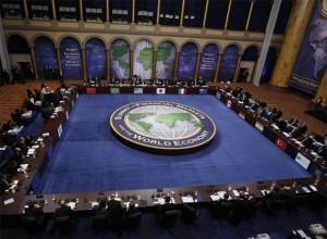 """en la década de los 90 se hubiera podido hablar de un mundo unipolar, ya que el único contrapeso a la dominación estadounidense -la Unión Soviética- dejó de existir y EE.UU. era suficientemente fuerte para imponer sus condiciones a otros países. En septiembre de 1990, George W. Bush anunció que en el mundo se establecía un """"nuevo orden mundial"""" que se basaba en cuatro pilares: los tribunales internacionales, los derechos humanos universales, la justicia penal internacional y el comercio e inversión libres."""