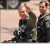 """El presidente de los EE.UU., George W. Bush, ataviado de guerrero, aterrizó en la cubierta del portaaviones USS  Abraham Lincoln para celebrar la victoria de la """"Operación Tormenta del Desierto""""  en Irak contra Saddam Hussein. """"Misión Cumplida"""" también le dicen hoy  las brigadas del Estado Islámico de Irak y el Levante (EIIL), rama de al-Qaeda,  con la toma de la ciudad iraquí de Mosul. Presidente usted gano la guerra pero perdió la Paz."""