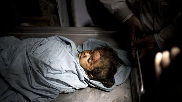 Ayer por la noche, y mientras las fuerzas armadas israelíes lanzaron sus ataques militares por toda Gaza, por mar, aire y fuego de artillería, cientos de miles de niños no fueron capaces de dormir dentro de sus casas de techo en conserva, aferrándose a sus padres, llorando, aterrados. El bombardeo de anoche fue tan fuerte y fue a través de la pequeña franja de norte a sur, este y oeste. Al menos 100 ataques tuvieron lugar.