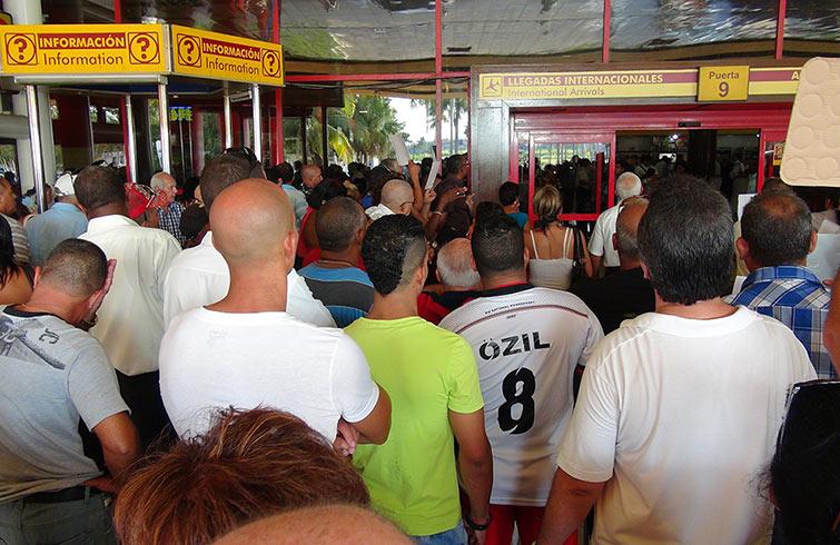 La prohibición de ingreso al aeropuerto de los acompañantes está produciendo un enorme e innecesario malestar en la población / Foto: Raquel Pérez.