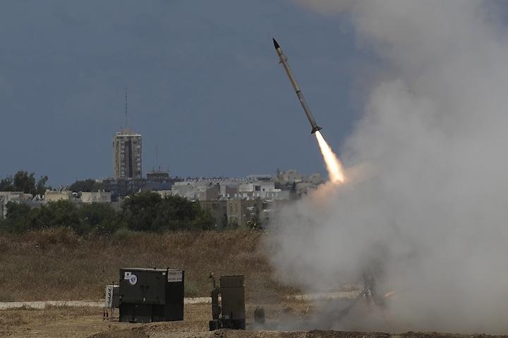 Una batería de defensa antimisiles Cúpula de Hierro cerca de la ciudad meridional israelí de Ashdod. Cada misil interceptor costó a Israel 50.000 dólares. (David Buimovitch / Flash 90)