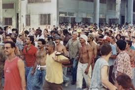 """El 5 de agosto de 1994, el litoral habanero fue testigo de un alzamiento popular conocido como """"El Maleconazo"""". Miles de cubanos salieron a la calle por primera vez desde el triunfo de la revolución motivados por una Medida Activa Psicológica elaborada por los """"think tank"""" del brazo armado de la FNCA, la misma consistió en el rumor de que embarcaciones provenientes del Sur de la Florida se aproximarían a aguas cubanas a recoger a quienes las alcanzaran. Al no aparecer estas embarcaciones la concentración se convertiría en una revuelta popular de protesta ante la situación que vivía la isla, en medio del llamado período especial, durante la misma se produjeron ruptura de vidrieras, actos vandálicos y gritos de consignas antigubernamentales. Foto/ Cortesía de BBC/Karel Poort"""