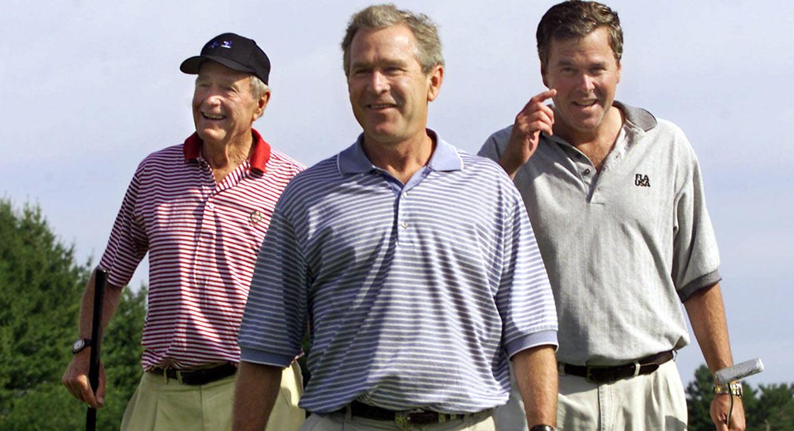 """Implacablemente atacar la dinastía Bush y apuntalar el fantasma pálido de Bush fatiga como un fantasma persistente que nunca va a desaparecer. Fue a finales de octubre, y las comunicaciones que volaban eran magra, 1el hijo de Jeb Bush estaría en el Prospector Grill & Saloon en College Station, Texas, para hacer un poco de campaña de último minuto para su primera carrera política. Las alertas en los medios de comunicación social también habían sido todo volumen la noticia de que la banda de Mike Ryan iba a estar jugando, probablemente listo para descorchar una de sus canciones de la firma: """"Sin perder más de whisky."""" Por ahora, sentado en su autobús de gira de campaña, George P. Bush miró a Jonathan Karl, de la ABC, y escuchó cómo la conversación se balanceaba muy lejos de lo que George P. pensaba hacer en caso de que él ganara la elección enTexas para comisionado de tierra. Él tenía que saber que iba a suceder de esta manera."""
