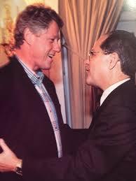 """"""" Me gusta'', dijo Clinton, quien ya se aproximaba a la Casa Blanca en 1992, refiriéndose a Mas Canosa, al obtener de este una sustancial cantidad de fondos de campaña, respaldo político —el que por más de una década había entregado al Partido Republicano y sus líderes— y la promesa de instar a los exiliados cubanoamericanos pertenecientes a la Fundación Nacional Cubano Americana a que votaran por los demócratas ."""