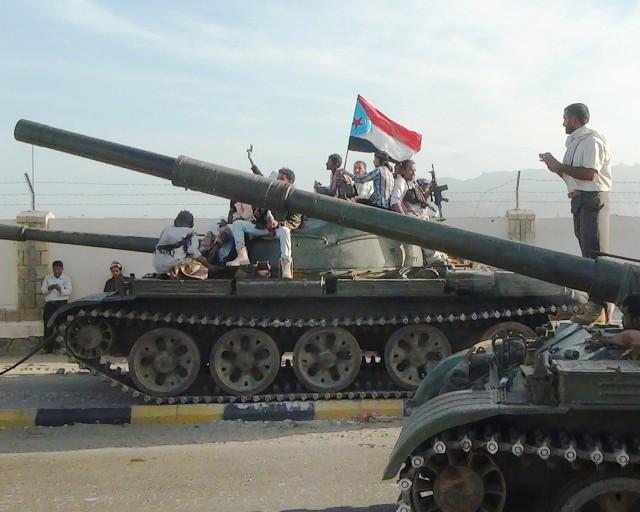 Milicianos leales al gobierno del presidente yemení Abd Rabboh Mansour Hadi se sientan en la parte superior de los tanques en la ciudad meridional de Adén. (STR / AFP / Getty Images)
