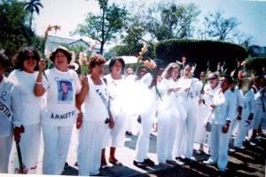 """""""Las Damas de Blanco"""" fueron planeadas dentro de una Operación Psocológica de Inteligencia (OSIS) dentro del marco de una Operación Negra (Blacks Ops) de los Servicios Especiales estadounidenses para ser ejecutada posterior a la decisión que estaría obligada a adoptar las autoridades cubanas de operar, procesar, sancionar y encarcelar a un numeroso grupo de activos (esposos y familiares cercanos de las mismas) que formaban parte —conscientes o inconsciente— de una operación encubierta en desarrollo cuyo objetivo principal consistía en un plan de ingeniería social de desestabilización hacia el gobierno de la isla."""