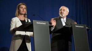 Zarif y Mogherini anuncian en rueda de prensa el acuerdo nuclear La alta representante de Política Exterior de la Unión Europea, Federica Mogherini, y el ministro de Exteriores de Irán, Mohamad Javad Zarif, han anunciado en rueda de prensa un acuerdo por el que Irán se compromete a la utilización civil de las instalaciones nucleares iraníes a cambio del levantamiento de las sanciones impuestas por Estados Unidos y sus aliados. Leer mas: http://www.europapress.es/internacional/noticia-zarif-mogherini-anuncian-rueda-prensa-acuerdo-nuclear-20150402195204.html (c) 2015 Europa Press. Está expresamente prohibida la redistribución y la redifusión de este contenido sin su previo y expreso consentimiento.
