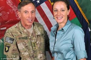 El exdirector de la CIA el exgeneral David Petraeus quien confesó compartir documentos secretos a su biógrafa, Paula Broadwell, con la que tuvo una relación amorosa cuando era director de la CIA fue sentenciado a dos años de libertad condicional  y a pagar una multa de US$ 100,000 por un tribunal federal..