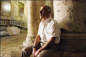 """Mordechai Vanunu Fue excarcelado el 21 de abril del 2004 y no se le permitirá salir de Israel debido a """"un peligro tangible... de que desee divulgar secretos de Estado, secretos que aún no ha divulgado y que no se han publicado previamente. Además de que no se le permite hablar ni reunirse con extranjeros ni entrar en salas de chat de Internet. Vanunu ha expresado su convicción de que hubiera sido tratado mejor por sus captores israelíes si no hubiese cambiado de religión (él era judío, y se convirtió al cristianismo)."""