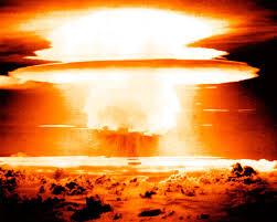 """Thomas Donnelly, analista de Irán superior en el Instituto American Enterprise, lo expuso en el año 2004 , """"la perspectiva de un Irán nuclear es una pesadilla ... debido al efecto restrictivo que amenaza con imponer a la estrategia de Estados Unidos para el Medio Oriente. ... El elemento de disuasión más seguro de acción americano es un arsenal nuclear en funcionamiento"""". Esta perspectiva – es por lo que debemos evitar que otros países de la región tengan la posibilidad de disuadirnos de hacer la guerra - creencia que es una de las piedra angulares de la creación de Estados Unidos"""