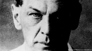Nacido en Azerbaiyán soviético, de padre alemán y madre rusa, Sorge luchó como soldado alemán en la Primera Guerra Mundial y recibió elogios por su valentía. Pero se convirtió en un comunista en los años de entreguerras y en secreto se fue a Moscú para ser entrenados como espía por la Cuarta Dirección del Ejército Rojo soviético, que más tarde pasó a llamarse GRU -Soviet inteligencia militar.