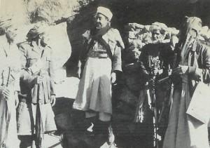 El primer ministro yemení, el príncipe Hassan, hablando con miembros de la tribu fuera de su cueva en Wadi Amlah, diciembre 1962. Muhammad al-Badr fuera de su cueva en Jabal Sheda. Con él es su primo, el príncipe Hassan bin Hussein.