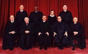 """En su decisión de 6-3, sin embargo, la Corte Suprema sostuvo que el presidente tiene el poder exclusivo para otorgar reconocimiento formal a un soberano extranjero. El juez Anthony Kennedy, escribiendo para la mayoría, dijo que """"el acto formal de reconocimiento es un poder ejecutivo que el Congreso no puede calificar."""" Foto: Los actuales jueces de la Corte Suprema. De izquierda a derecha, de pie; Juez Breyer, Juez Thomas, Jueza Ginsburg, Juez Alito. De izquierda a derecha, sentados; Juez Kennedy, Juez Stevens, Juez Presidente Roberts, Juez Scalia y Juez Souter."""