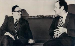 Creímos que Hafez al Asad había acabado con todos los idiotas en su país, pero afortunadamente todavía existen 3 millones de ellos, acaso creyeron que hemos creado revoluciones en Túnez, Libia e Egipto para los árabes? Se rie burlandose y luego dice: Todo eso fue por Irán y Siria, intenté con Hafez al Asad y admito que es la única persona que me derrotó y me humilló en toda mi vida.Foto: Henry Kissinger and the late President Hafez al-Assad, during one of their several meetings, in Damascus. It was the former American Secretary of State