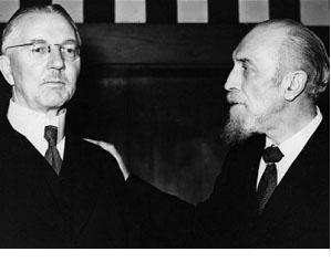 De izquierda a derecha, Hjalmar Schacht, ministro de Economía de Hitler, con su buen amigo Montagu Norman, gobernador del Banco de Inglaterra de 1920 a 1944.