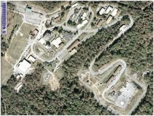 """El canal de radio de la WHCA que utilizaron Lawson y sus colegas estaba en contacto directo con la base de esa misma agencia en Mount Weather, Virginia. Se trataba de la instalación militar de la red de la COG. Desde ese lugar, las comunicaciones del Servicio Secreto se retransmitían a la Casa Blanca a través de los «numerosos sistemas de comunicaciones que conectan Mount Weather con la Casa Blanca y con """"Raven Rock"""" –el """"Pentágono subterráneo"""" situado 100 kilómetros al norte de Washington– al igual que con prácticamente cada unidad del US Army desplegada a través del mundo» [25]."""